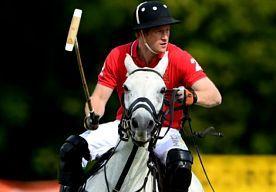 15-Jul-2014 9:09 - HARRY IS ECHT EEN PRINS OP HET WITTE PAARD. De Britse prins Harry is een fervent polospeler en hij blijkt behoorlijk goed te zijn in de sport. Afgelopen zaterdag won 'Captain Wales', zoals Harry op het veld wordt genoemd, de Hackett Rundle Cup, de polowedstrijd die elk jaar in Engeland wordt gehouden. Nog leuker vinden we het feit dat hij op een wit paard reed!...