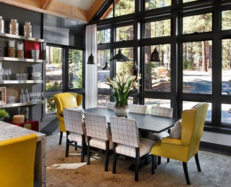 dom, wnętrza, wystrój wnętrz, dom drewniany, duże okna, styl klasyczny, kuchnia, jadalnia, stół, krzesła, fotel
