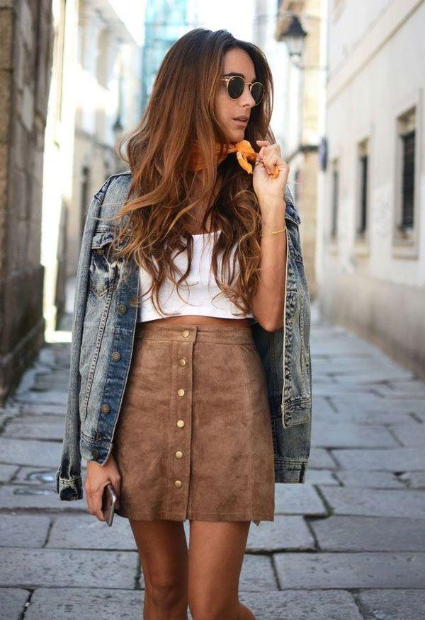 Saia couro bege Blusa branca Jaqueta jeans