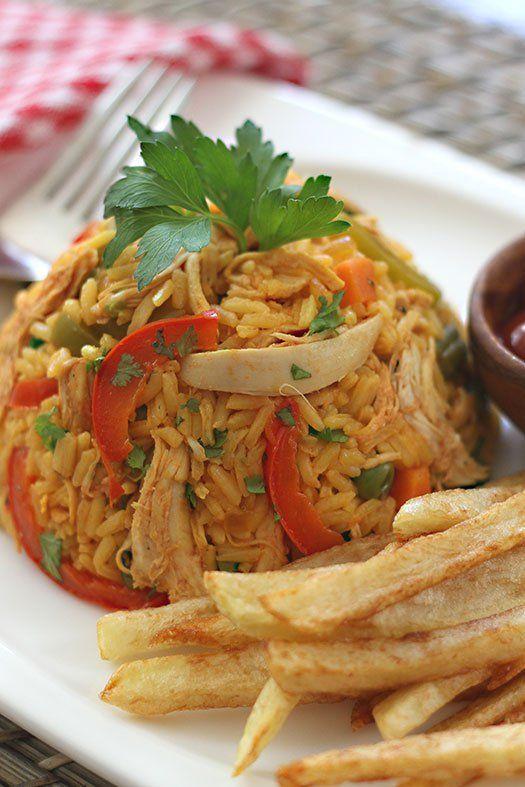 Para preparar el arroz con pollo, requiere un poco más de ingredientes, tiempo y elaboración que el arroz que se come a diario. Pero no se asusten que es muy fácil, basta con comenzar preparando un caldo con buena sustancia. El caldo, es la clave para que el arroz tenga un excelente sabor. Para lograrlo, cocinamos las pechugas de pollo en agua, le agregamos ajos, un atado con perejil, cilantro, apio y cebolla y condimentos al gusto.