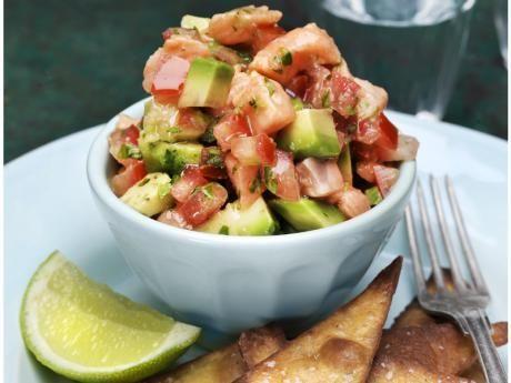 Recept på ceviche med lax, avokado och tomat serverad med krispiga tortillachips.