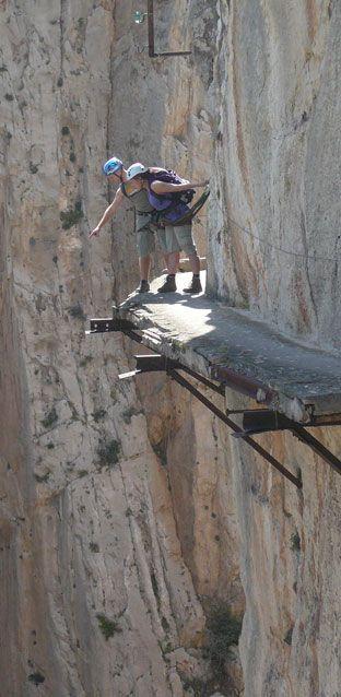 """Nahe Málaga im Süden von Spanien erwartet selbst die Adrenalin-Junkies unter uns eine echte Herausforderung: Der """"Caminito del Rey"""" wird immer wieder als einer der gefährlichsten Wanderwege der Welt bezeichnet. Hier ist Trittsicherheit gefragt! http://www.travelbook.de/europa/El-Caminito-del-Rey-Der-wohl-gefaehrlichste-Wanderweg-Europas-522297.html"""