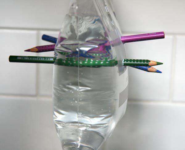 Amusez petits et grands... Sac congélo + eau + crayons bien affûtés.