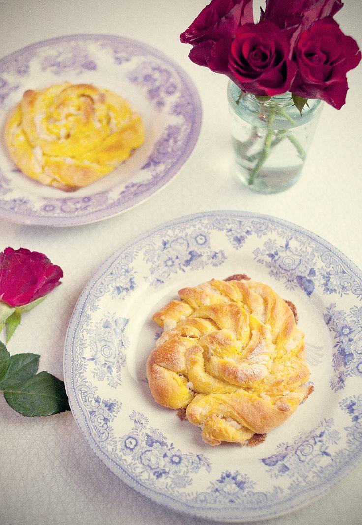 Saffranssnurror med vit choklad och mandelmassa | Twisted saffron buns with white chocolate and almond paste