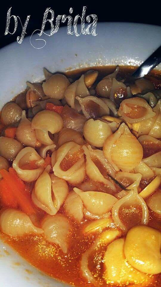 ZUPPA DI LUPINI  In una pentola dai bordi alti far rosolare cipolla, carota, sedano tritati in olio evo quindi unire un rametto di rosmarino e i lupini sgusciati.  Fare insaporire qualche minuto mescolando....quindi coprire con del brodo vegetale e portare a ebollizione.  Unire della passata di pomodoro (mezzo bicchiere) e mantenere il bolore per 5 minuti ancora quindi unire della pasta per minestre e finire la cottura aggiustando di sale e pepe.