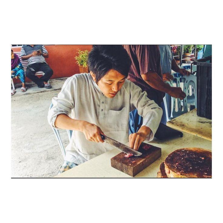 まさかマレーシアでモンハンをするとは(_;) I took a cooking lesson in Langkawi Malaysia :) 削ぎたてホヤホヤの牛肉をカッティング これはもうモンハンとしか言いようがないV(_)V  ちなみに隣に座ってたおじいさんは 肩あたりから出刃包丁振り下ろしまくってて いつ事件勃発するかとヒヤヒヤしてました(-; )  #海外移住 #海外移住計画 #海外移住したい #海外移住実現 #海外移住 #海外移住日記 #海外移住と文化の交流センター #夢は海外移住 #海外移住者 #海外移住する #海外移住インスタグラマー #ランカウイ島 #マレーシアから #マレーシアカレー #鬼特訓 #鬼の特訓 #クッキングレッスン #クッキングレッスン #料理教室の先生 #料理教室おさらい #料理教室ふーず