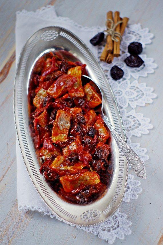 śledzie w sosie pomidorowym z suszoną śliwką i cynamonem