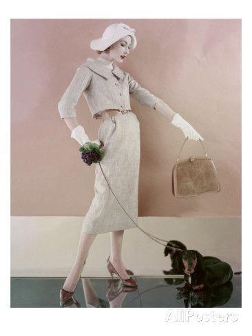 Ein Model mit Tweedjacke und Rock von Karen Radkai