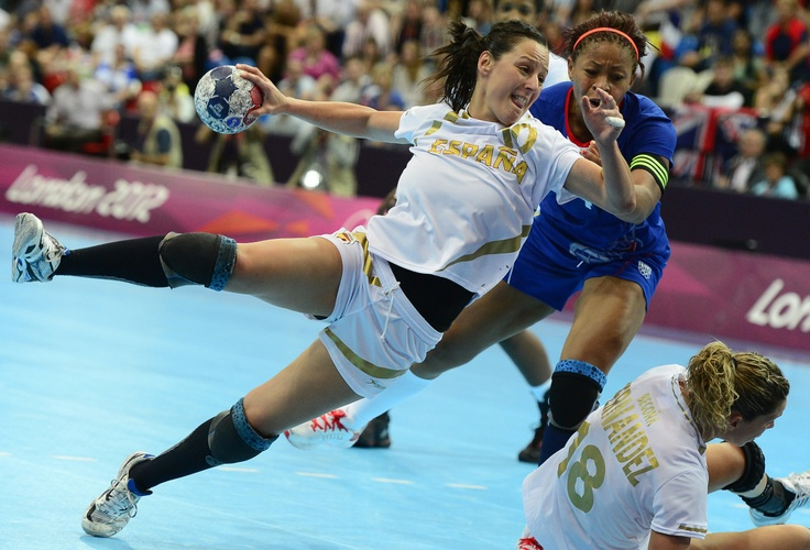 Spain's centreback Macarena Aguilar Diaz (L) vies with France's pivot Nina Kamto Njitam during the women's preliminaries Group B handball match France vs Spain for the London 2012 Olympics Games on July 30, 2012 at the Copper Box hall in London.