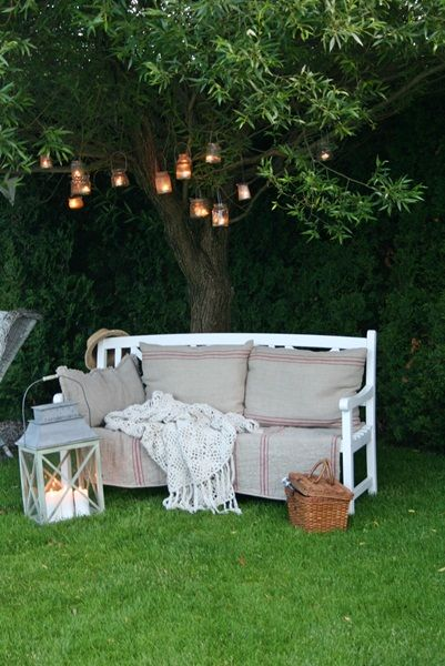 ❤️lovely relaxing bench with cushions, throw, lantern & basket.
