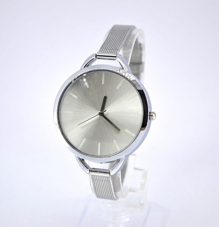 """""""Silver Elegance"""" letisztultan elegáns, kifinomult modell ezüstszínű óratokkal, ezüstszínű számlappal és kecsesen vékony ezüstszínű fémszíjjal. Egyszerrealkalmi és mindennapi viselet elegáns és hétköznapi outfitedhez is. Rendeld meg most féláron 3490 Ft-ért!"""