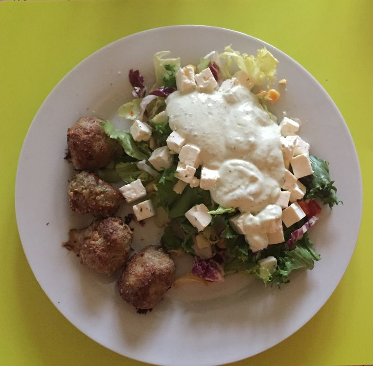 Frikadeller bagt i ovnen er et sundere alternativ til traditionelle frikadeller. Brug evt. rester til madpakken med salat.