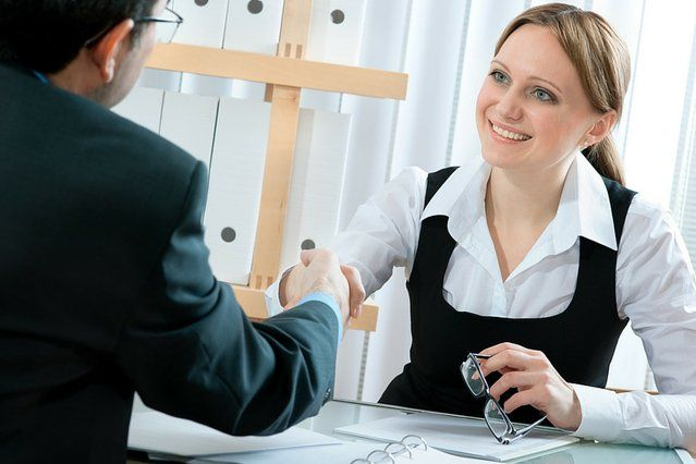 Wywiad rekrutacyjny to rozmowa o charakterze sprzedażowym. Człowiek kupuje człowieka. Rekruter jest kupcem, a Ty sprzedawcą i produktem, który chcesz sprzedać. Jak zwiększyć swoje szanse na sukces podczas takiego spotkania?