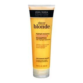 JOHN FRIEDA Highlight Activating Enhancing Shampoo Darker Shades Shampoo con fórmula optimizadora de color, ideal para cabellos rubios oscuros, naturales y tratados. Contiene extracto de miel y avena ayuda a eliminar los residuos que opacan los reflejos del color. También hidrata y nutre la fibra capilar proporcionando una textura brillante, suave y sana.