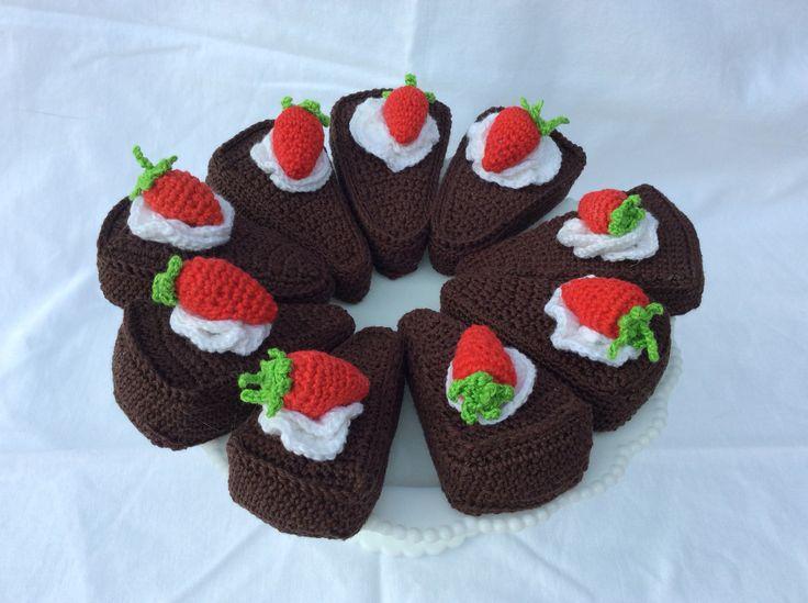 Virkad kladdkaka med grädde och jordgubbe