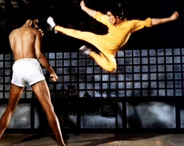 Imádtam Bruce Lee-t. Gyorsasága,  szinte láthatatlan sebességű elsőlábas yoko-geri-je karatés korom egyik kedvenc rúgása volt. A képen az NBA sztár Kareem Abdul-Jabbar társaságában látható a Halálos Játszmában.