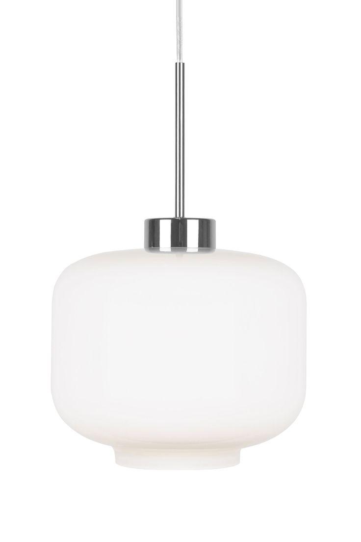 Taklampa Ritz Taklampa gjord i vitt glas med krom i kaschering och transparent kabel. Höjd 22 cm Diameter 25 cm  Lamphållare E27 Max 60W Rek. Glödlampa: L202 Filament  Design: Tess Palm