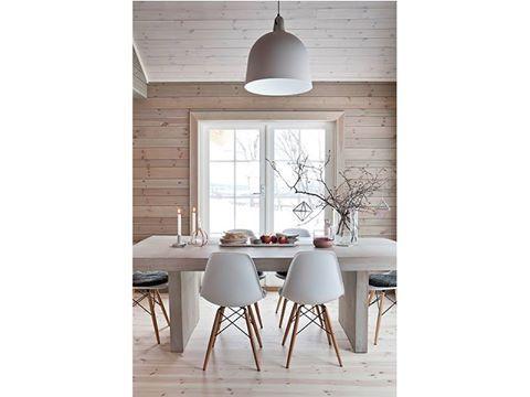 從事設計與攝影的夫妻Hege Barnholt與Johan Stenersen在Hemsedal山腳下蓋了自己的木屋,開了大窗的房子直接把戶外的美景拉進室內,還有斜斜天花板上的木樑散發了鄉村味,布製沙發與木頭餐桌,崇尚自然的北歐風格就這樣伴隨我們的生活。 via bo-bedre.no