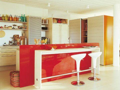 A integração desta cozinha é diferente: foi feita com o quarto de um casal...