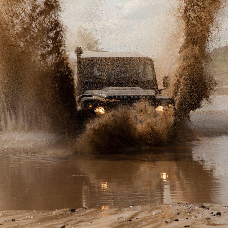 Spelen met Landrovers in de modder blijft altijd leuk!