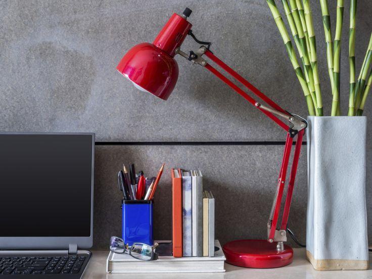 Ossigenano l'aria, combattono lo stress e aumentano la produttività sul lavoro: vediamo quali piante scegliere per la nostra scrivania.