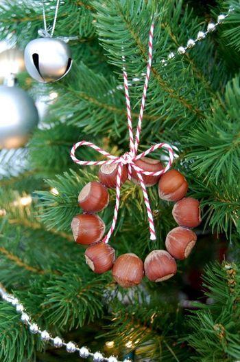 どんぐりをリース状に並べて接着剤でくっつけ、クリスマスツリーのオーナメントに。ナチュラルなツリーに仕上がります。