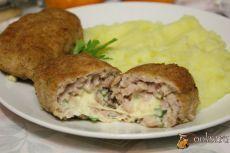 Мясные зразы с сыром, яйцом и зеленью Мясные зразы с сыром, яйцом и зеленью - вкусное и сытное блюдо, которое прекрасно подойде как для обычного домашнего ужина или обеда, так и для небольшого семейного праздника. Это блюдо внесет разнообразие в домашнее меню, понравится как взрослым, так и детям. Попробуйте!