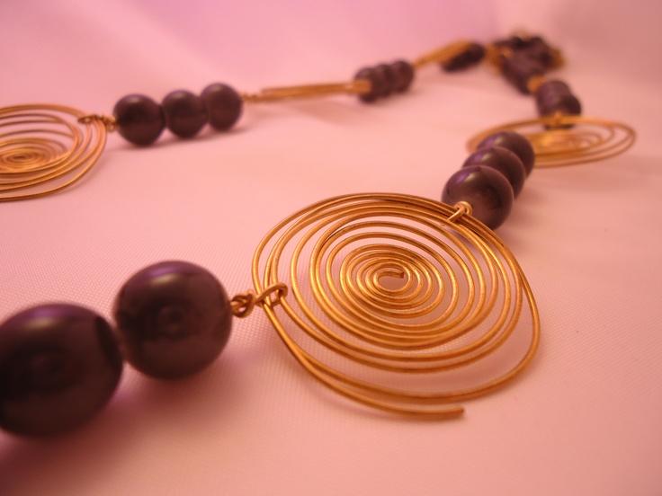 Dettaglio collana con spirali e perle di marmo verde oliva, ottone handmade  #necklace #accessories