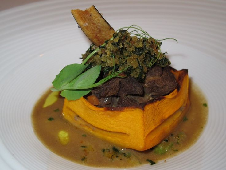 perna de javali guisado com vinho com abobora amendoim crosta de broa e caldo verde e chipe de cherovia