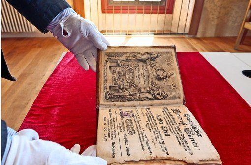 Das alte Buch mit dem wunderschönen, in braunem Schweinsleder geprägten Einband, der von zwei Schließen zusammengehalten wird, ist der 1664 gedruckte erste Teil einer Kapuziner-Chronik, von der nur wenige gut erhaltene Exemplare bekannt sind. Foto: factum/Granville