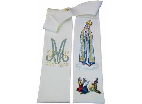 Estola de la Virgen de Fátima. Estola de Fátima - Estola de los Secretos de la Virgen de Fátima, Portugal - Estola para uso litúrgico bordada con elementos marianos relacionados con la aparición de la Virgen María en Fátima, Portugal. Estola de 100% poliéster con 256 cm. x 15 cm (1/5). #Fatima #VirgendeFatima #EstolaMariana #EstolaFatima #VirgendeFatimaenBrabander #OurLadyOfFatima #FatimaStole #FatimaVestments