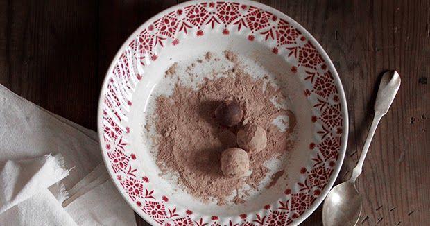 Please scrool down for English version   Preparados para mais um round  de sobremesas hiper saudáveis?   Estas trufas de aspect...