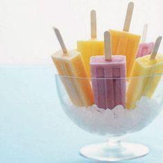 Helados caseros para hacer con niños. Ingredientes: 1/2 taza de yogur natural. 1/2 taza de cualquier clase de jugo de fruta. 1/2 taza de fruta Palitos de helado