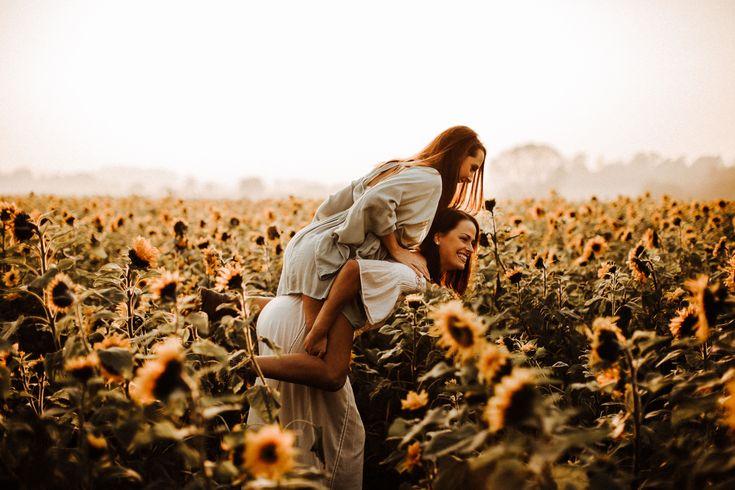beste Freunde | freundinnenshooting | bffgoals | freier Geist | Boho | Mädchen haben Spaß | Sonnenuntergang schießen | Freunde schießen | Sonnenblumenfeld | Sonnenuntergang | goldene Stunde | Schießen | einfach spaß | FOTOGRAF: svenja schuerheck fotografie