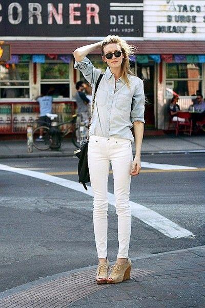 薄色のデニムシャツには白スキニーをオン☆いつまでも若々しくキレイな女性でいたい。アラサー スキニーの合わせ方コーデ術です!