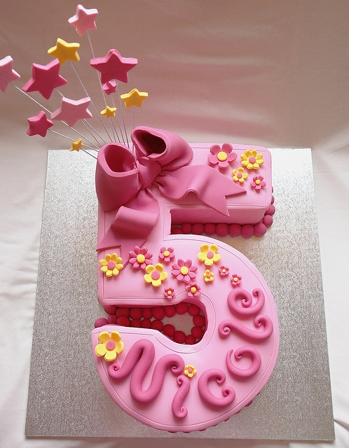 pretty number 5 cake. I would so make this for someones 5ht birthday party!!