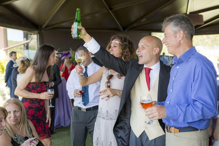 Novio brindando en su boda