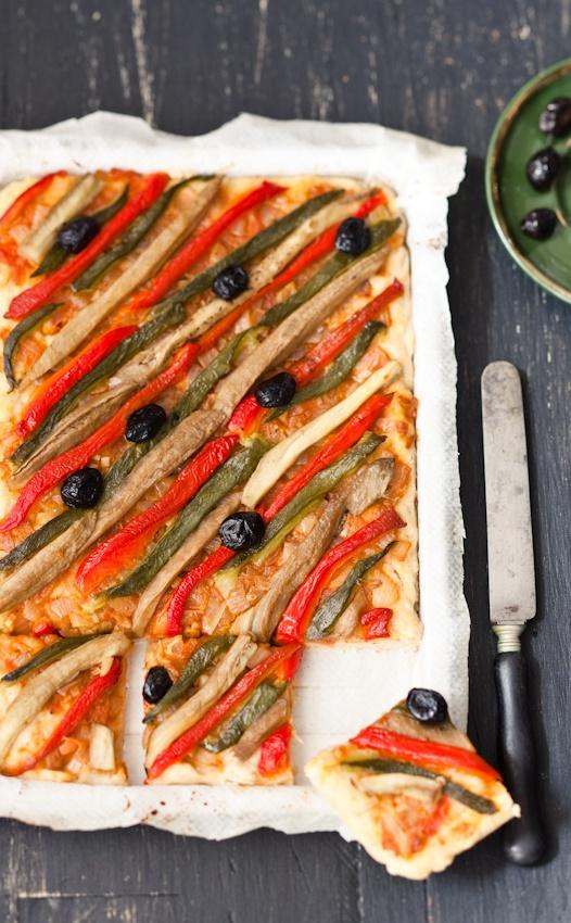 Des tapas à Barcelone Stylism : Coralie Ferreira Photography : Virginie Garnier/ o pizza vegetal, pimiento rojo/ verde /berenjena/ cebolla y olivas negras,y salsa de tomate/ torta de escalivada..,