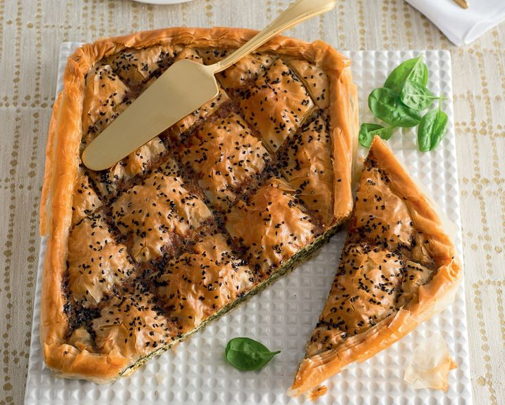 Ecco un esempio di ricetta che si trasforma in antipasto semplicemente riducendo le porzioni. La torta greca con spinaci e feta è un perfetto piatto...