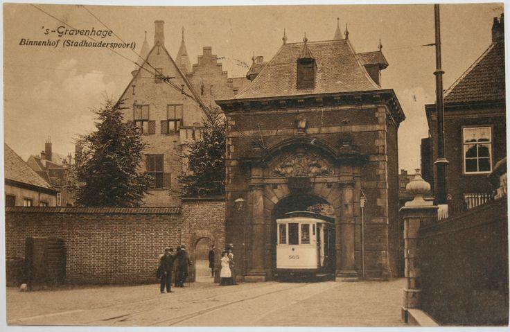 Haagse tram verlaat het Binnenhof via de Stadhouderspoort (ca 1904) (Collectie Streekmuseum Jan Anderson)