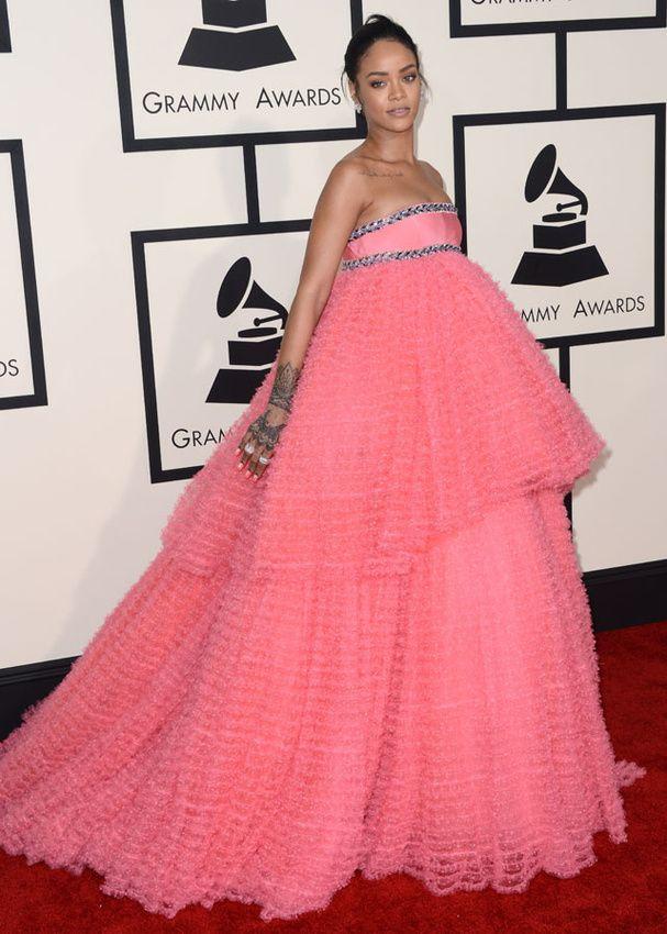Le tapis rouge des Grammy Awards 2015 Je la trouve marrante cette robe en fin de compte. Improbable mais marrante