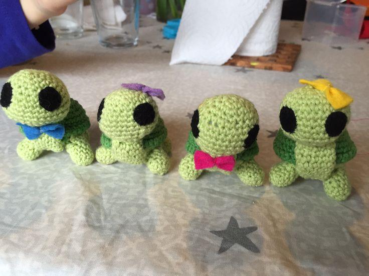 Min ældste datter elsker skildpadder, så hun bad mig lave en til bedste veninden i gave. Men ungerne forelskede sig i den lille fyr, så inden vi så os om blev det til en helt lille familie:-)