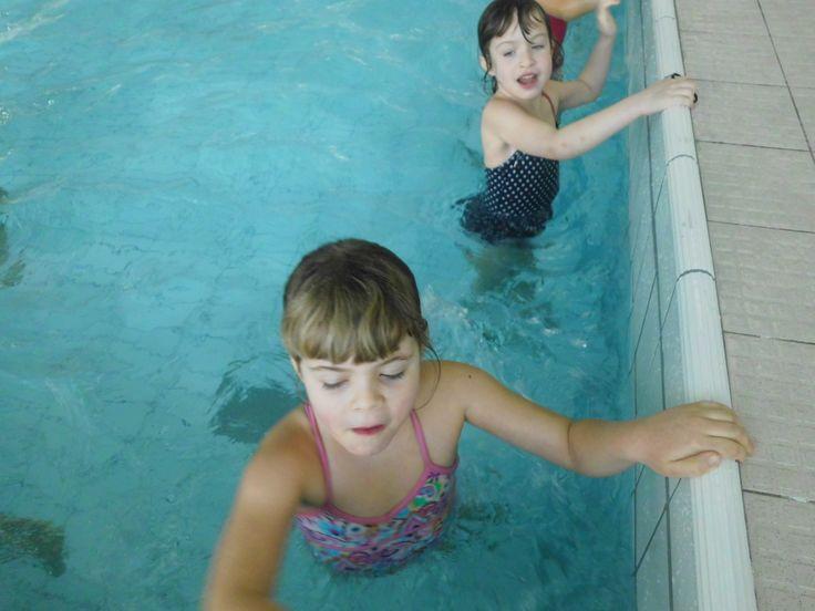 stappen langs rand zwembad opwarming