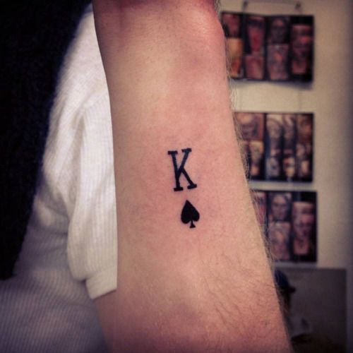 Pequeño Tatuaje Del Símbolo Del Rey De Picas Artista Tatuador