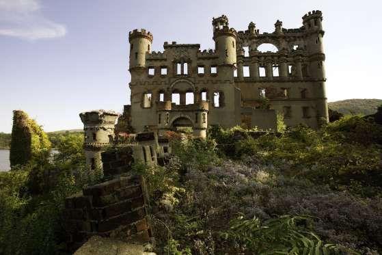 CASTELO DE BANNERMAN, ILHA DE POLLEPEL, RIO HUDSON, NOVA IORQUE, EUA  O empresário Francis Bannerman comprou a ilha em 1900 para usá-la como depósito da sua fábrica de materiais militares, como munições. Ele construiu o local usando a estrutura de um castelo, provando que munições são um negócio arriscado: em 1920 uma explosão destruiu parte do prédio. Depois que a lei restringiu o acesso de civis a armas, Bannerman faliu. Desde a década de 1950, a ilha está desocupada