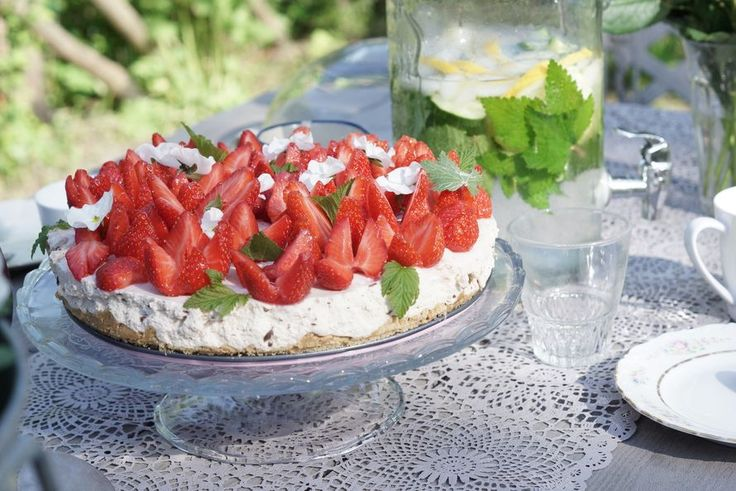 Helppo juustokakku mansikoilla ja kesäjuoma