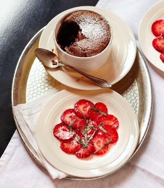 Schokoladen-Soufflé mit Erdbeeren: Dunkel, fluffig, schokoladig trifft minzig, frisch und fruchtig.