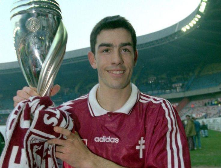 Foto: Pirés junto a la Copa de Liga ganada con el Metz, en 1996.