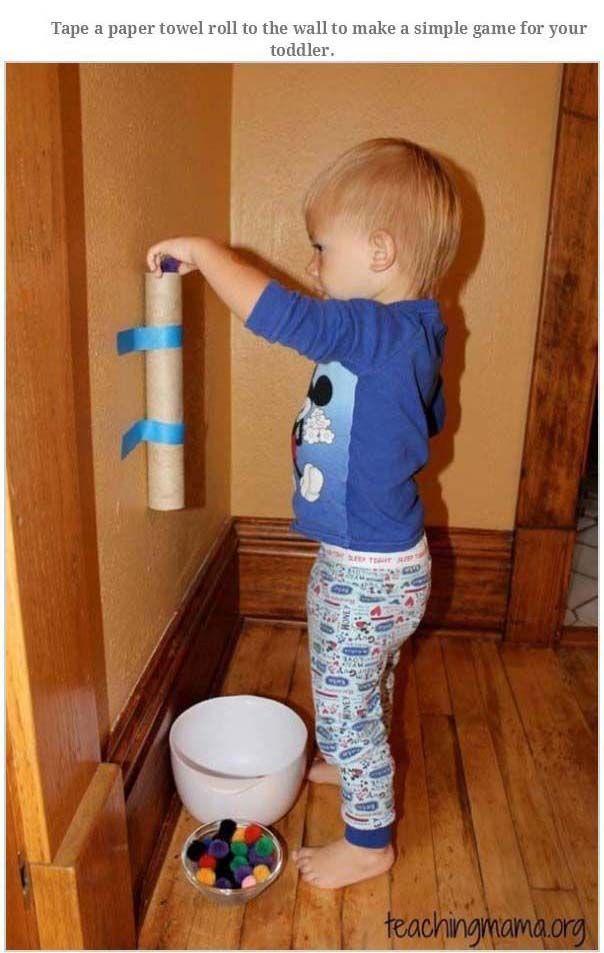 Met keukenrolkoker en tape (wat niet schadelijk is voor deur of muur) een simpele b binnenactiviteit voor je peuter of kleuter. Gooi er iets doorheen en laat het netjes in het kommetje eronder vallen.
