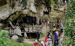 The cave there are many tourist attractions crates